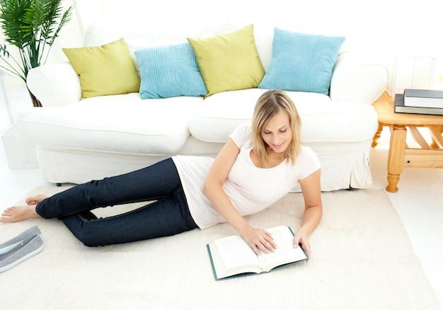 Charmante femme lit un livre