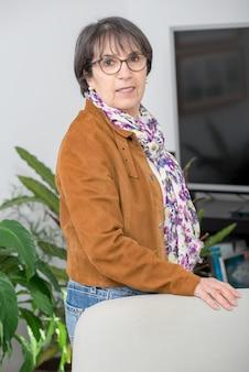 Charmante femme mature avec veste marron et lunettes