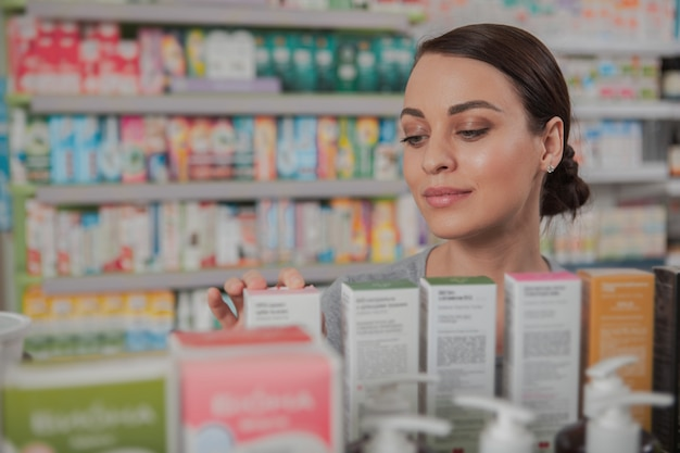 Charmante femme shopping en pharmacie