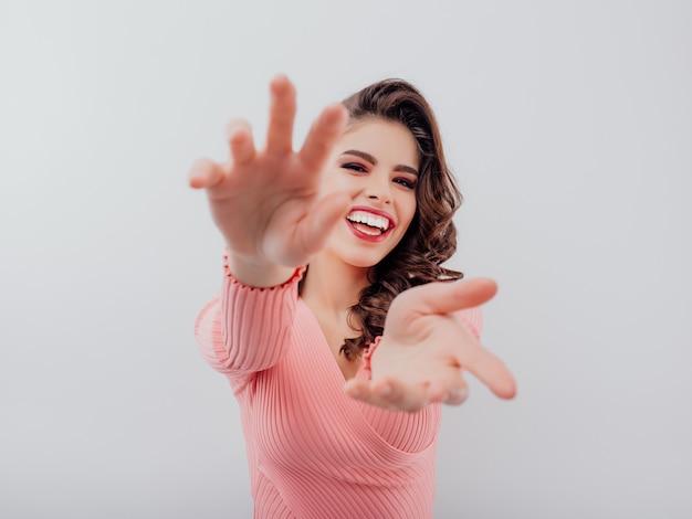 Charmante femme souriante dans un pull