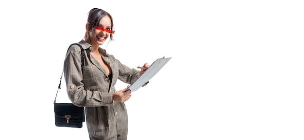 Charmante fille prend des notes sur la tablette