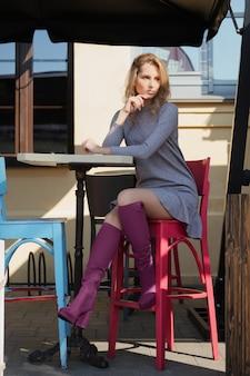 Charmante fille sur la terrasse ouverte de la rue caffe