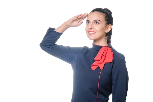 Charmante hôtesse habillée en uniforme bleu et rouge sur fond blanc