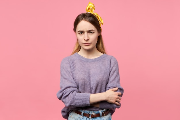 Charmante jeune femme avec foulard en soie sur la tête