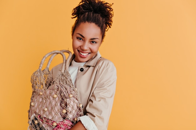 Charmante jeune femme tenant un sac à cordes