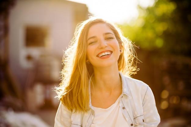 Charmante jeune fille souriante