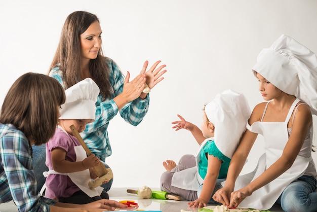 Charmante jeune mère montre une classe de maître