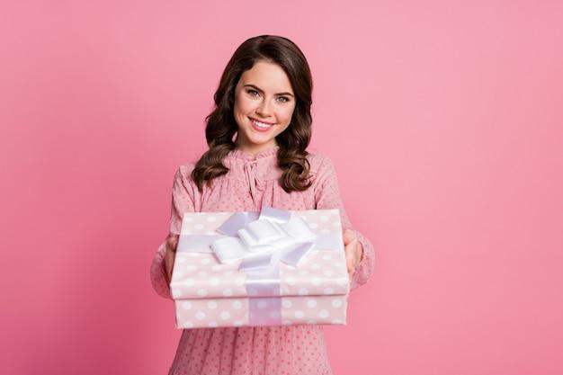 Charmante jolie dame curieuse de style pin up tient une boîte présente