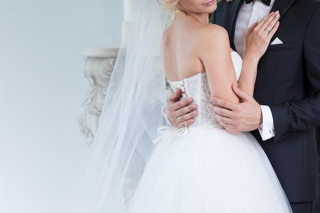 Charmante mariée et le marié embrassent le jour du mariage