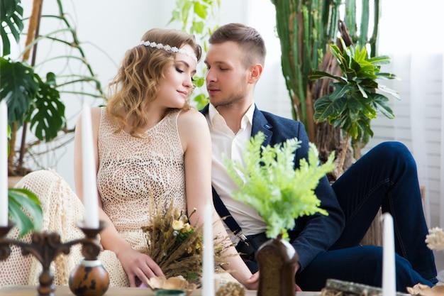 Charmante mariée et le marié lors de leur célébration de mariage dans un intérieur luxueux.