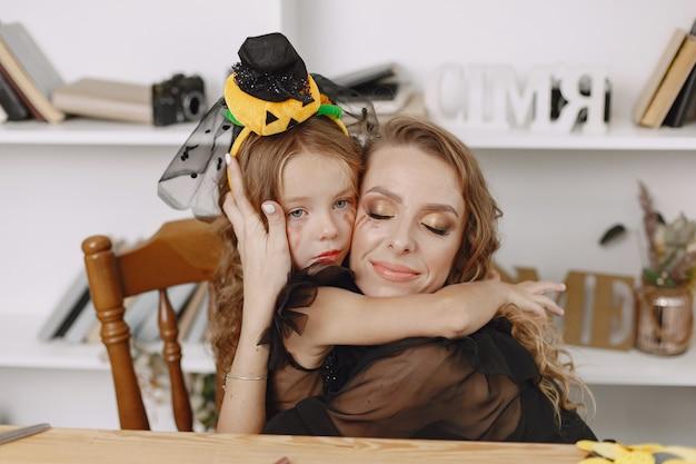 Une charmante petite fille embrasse sa jolie mère avec tant d'amour