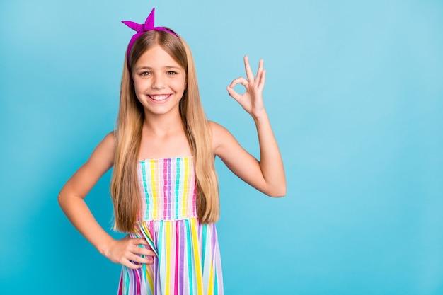 Charmante petite fille de style rétro montre un signe d'accord