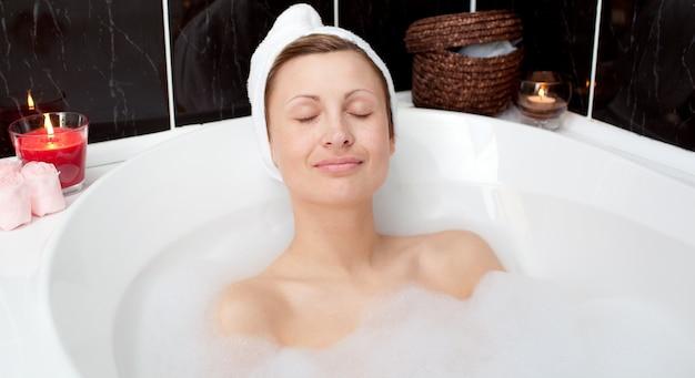 Charmng femme relaxante dans un bain moussant