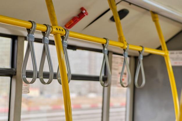 Charnières en caoutchouc sur des tuyaux métalliques pour la sécurité dans les transports publics.