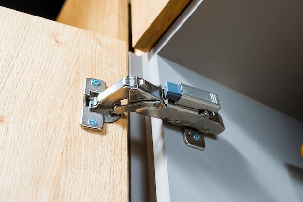 Charnières métalliques pour portes