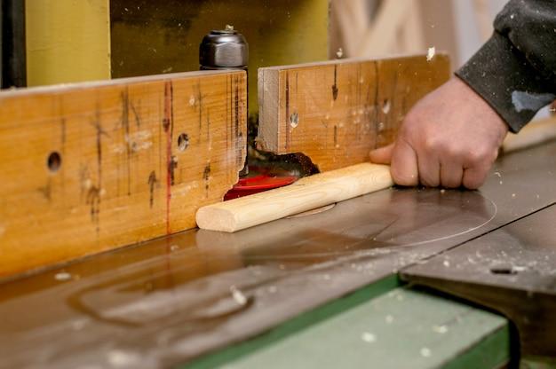 Charpentier au travail dans son atelier, se concentre sur sa main