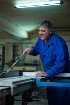 Charpentier au travail dans son atelier, transformation du bois