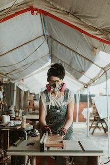 Charpentier féminin travaillant dans un atelier