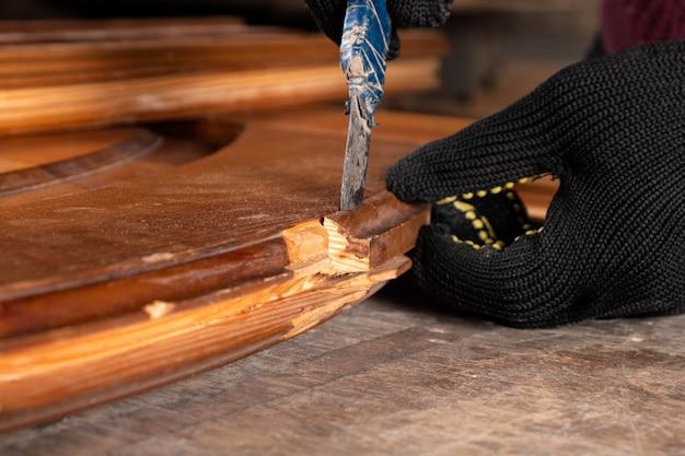 Charpentier restaurant de vieilles portes en bois, travail dans l'atelier close up