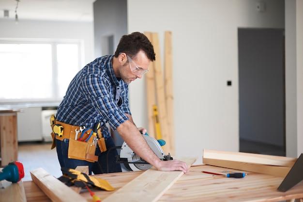 Charpentier travaillant dans une maison
