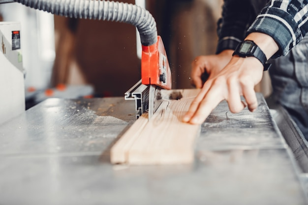 Le charpentier travaille avec un arbre