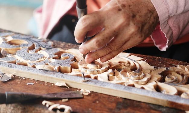 Charpentier utilise des ciseaux sculptés, bois sculpté