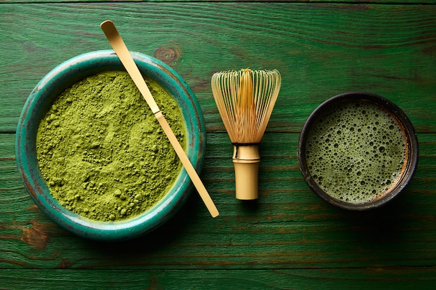 Chasen et cuillère en bambou à la poudre de thé matcha