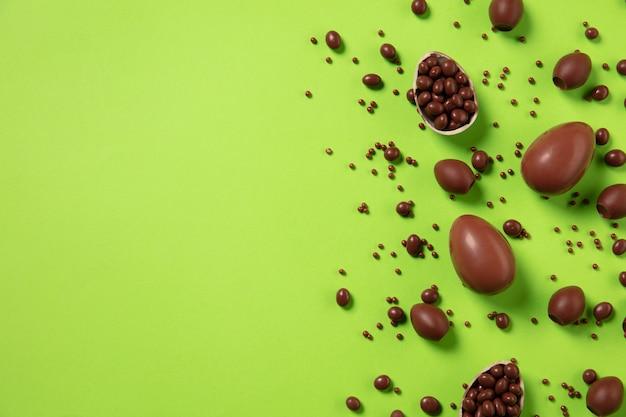 La chasse aux œufs arrive traditions de pâques oeufs en chocolat vue de dessus arrière-plan
