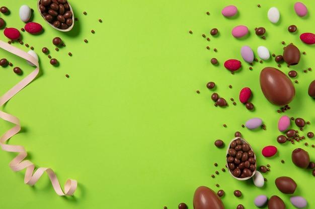 La chasse aux œufs arrive. traditions de pâques, œufs en chocolat, vue de dessus