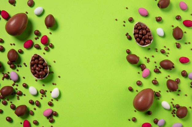 La chasse aux oeufs arrive traditions de pâques oeufs en chocolat vue de dessus