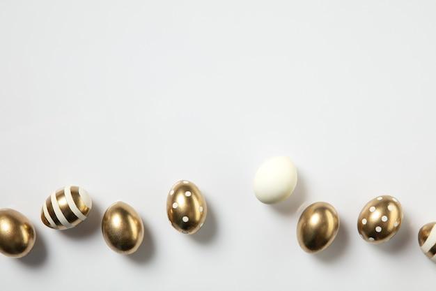 La chasse aux œufs arrive traditions de pâques oeufs de couleur dorée vue de dessus