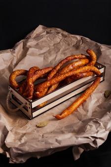 Chasser les saucisses sur la table