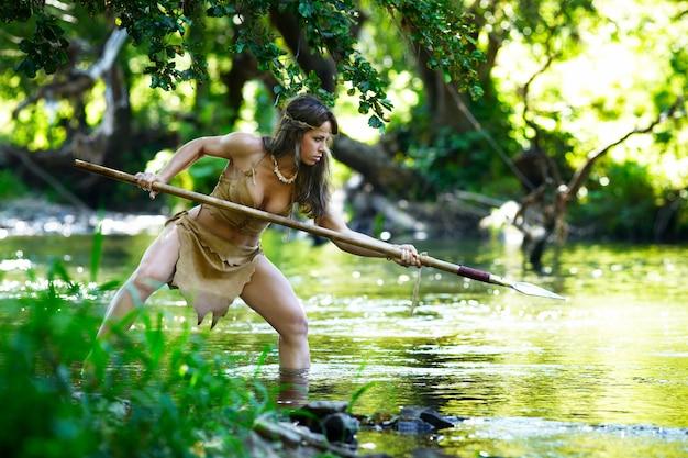 Chasseur amazonien sauvage chassant dans une rivière