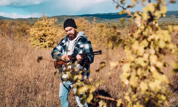 Chasseur avec fusil de chasse à la chasse. chasse à la faune.