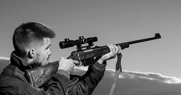 Chasseur avec fusil de chasse en chasse
