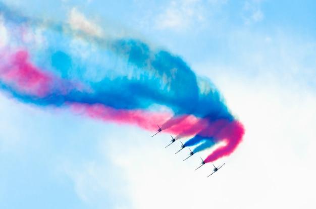 Chasseur de groupe d'avions sur fond de fumée de couleur.
