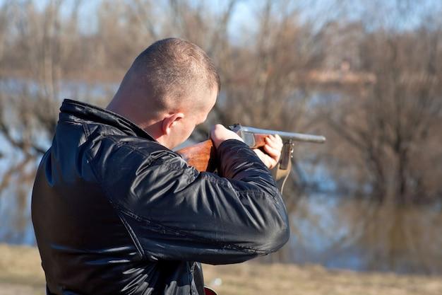 Chasseur mâle visant la chasse lors d'une partie de chasse