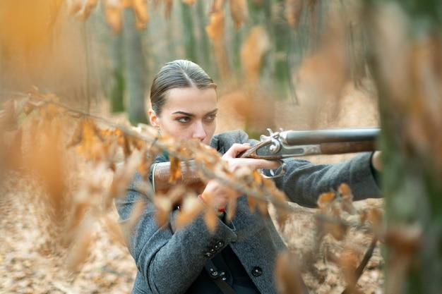 Chasseur observant la forêt. chasseuse en forêt. chasse réussie. chasse sportive. femme avec arme. tir de cible. mode militaire. réalisations des objectifs. fille avec fusil. chasser la chasse. armurerie