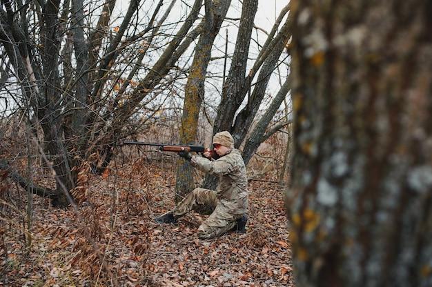 Chasseur en uniforme avec un fusil de chasse