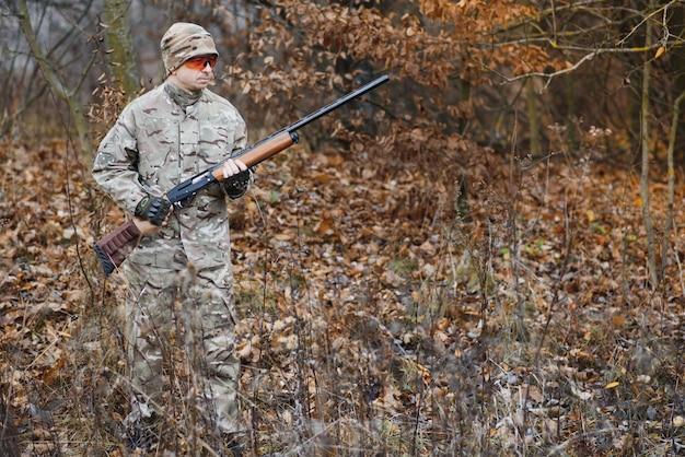 Le chasseur vise la bête sauvage dans la forêt