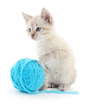 Chat avec pelote de laine