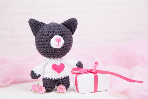 Chat tricoté avec un coeur. décor saint valentin. jouet tricoté, amigurumi. carte de voeux saint valentin.