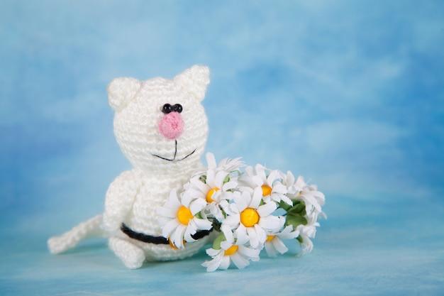 Chat tricoté. décor saint valentin. jouet tricoté, amigurumi, carte de voeux.
