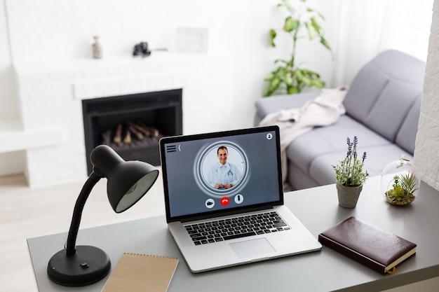 Chat vidéo avec un médecin sur un ordinateur portable à la maison