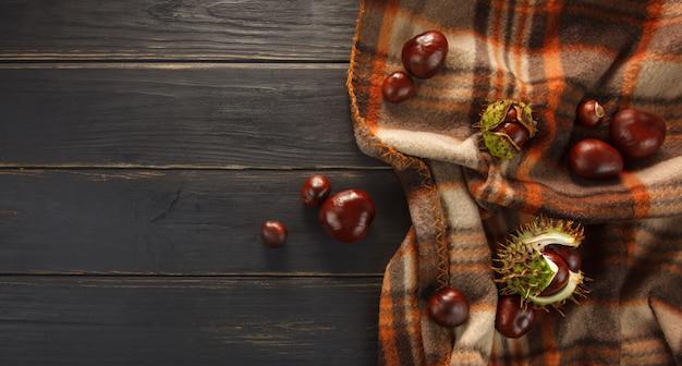 Châtaigne et plaid sur la table en bois