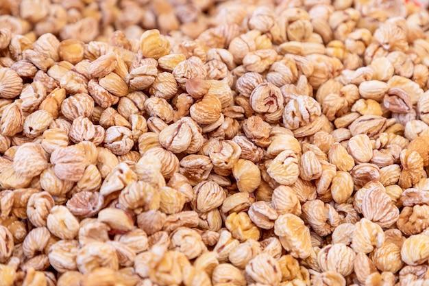 Châtaignes sèches prêtes à cuire vente sur le marché d'épicerie d'automne mise au point sélective