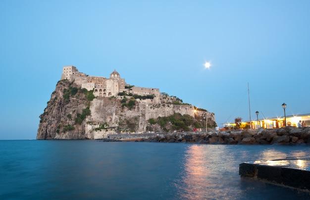 Château aragonais sur l'île d'ischia de nuit