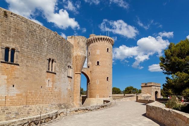 Le château de bellver est un château de style gothique sur une colline à 3 km à l'ouest du centre de palma