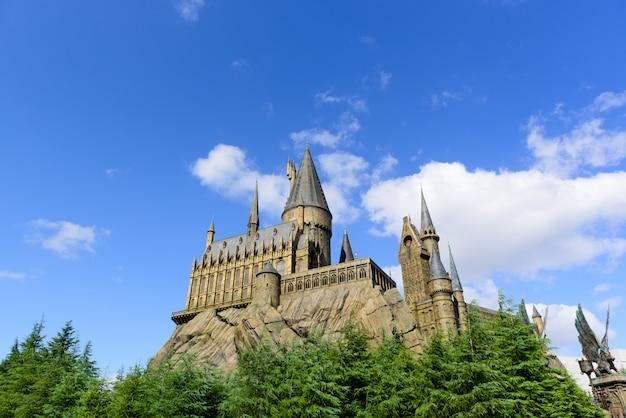 Château de conte de fées au sommet d'une colline