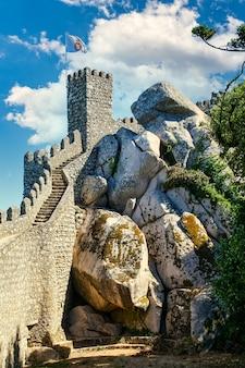 Château de défense de lisbonne au portugal avec mur le long de la montagne.